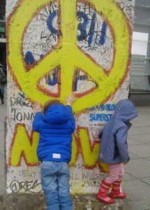 Friedenszeichen auf der Berliner Mauer