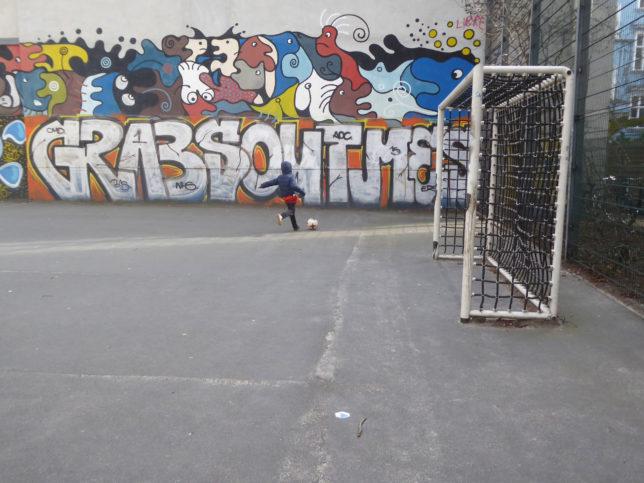 Fußball spielen in der Stadt - im Frühling wartet der Park.