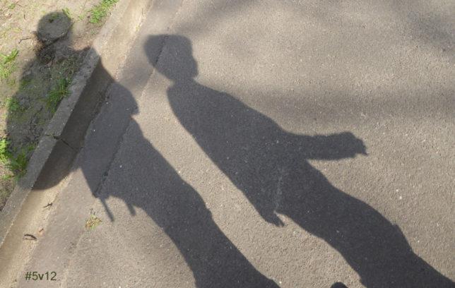 Mutter und Sohn im Schattenbild