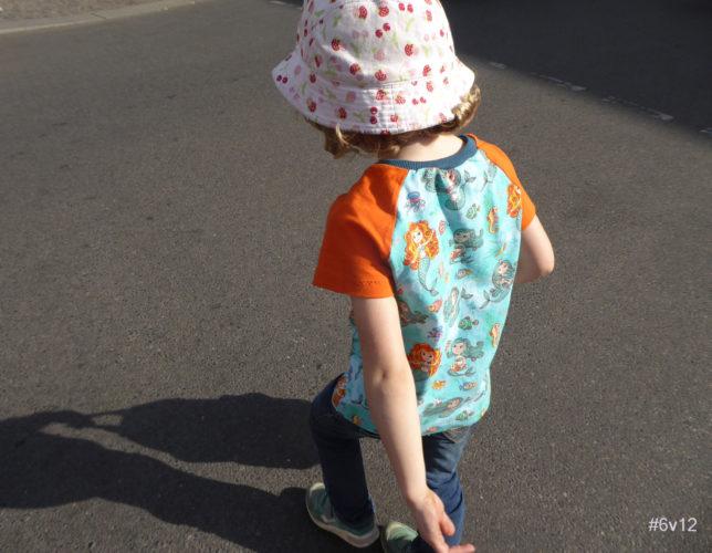Kind mit Hut im Sonnenlicht