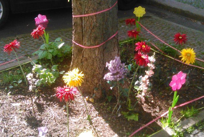 Bunte Blumen im Beet