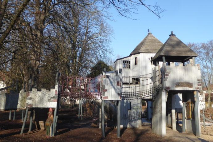 Märchenspielplatz Berlin Neukölln | Ritterburg zum Klettern